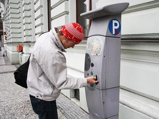 Parkovací automat před hlavní poštou v Liberci zlobí už několik dní. Mince z něj vypadávají ven.