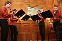 JABLONECKÉ KLARINETOVÉ KVARTETO. Pod vedením Luboše Lachmana (zcela vpravo) koncertují několikrát do roka. Záběr je z loňského adventního koncertu v Podještědském muzeu v Českém Dubu.
