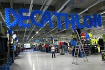 Obří prodejna se sportovním zbožím Decathlon se otevřela prvním zákazníkům.