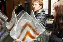 HEŘMANICE. Obec u polských hranic vzala za své při ničivých povodních. I díky jejímu starostovi Vladimíru Stříbrnému se o ní dnes opět mluví. Známá je zdejší sklárna i bike závody.