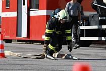 DOSTALI DO TĚLA. Profesionální hasiče čekalo na Ještědu mnoho záludností, které museli absolvovat v plné výzbroji a výstroji.