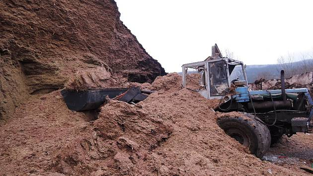 Tragická nehoda traktoristy při práci v silážní jámě.