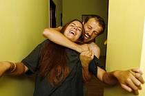 NÁSILÍ PROBÍHÁ ZA ZAVŘENÝMI DVEŘMI. Partneři, které doma bijí své družky, mohou navenek vypadat normálně.