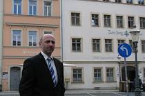 JAN KORYTÁŘ před svým přechodným bydlištěm v Žitavě.
