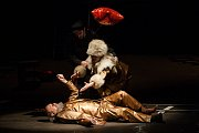 Generální zkouška černé komedie o vzniku rudé mumie, Leninovi balzamovači, proběhla 6. prosince v Malém divadle libereckého Divadla F. X. Šaldy. Premiéra bude 8. prosince. Na snímku je Václav Helšus (ležící) jako Lenin a Veronika Korytářová jako Naďa.