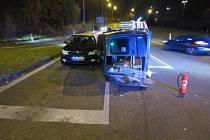 Tři auta se srazila při nehodě ve Švermově ulici v Liberci. Policisté se s žádostí o pomoc obrací na případné svědky.