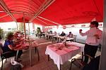 Hosté debaty v turnovské restauraci Albion