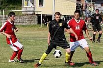 REMÍZA VE VRATISLAVICÍCH. Mezi raspenavskými hráči (vlevo Pavel Koudelka a vpravo Milan Balog) je domácí borec Jiří Hlava.