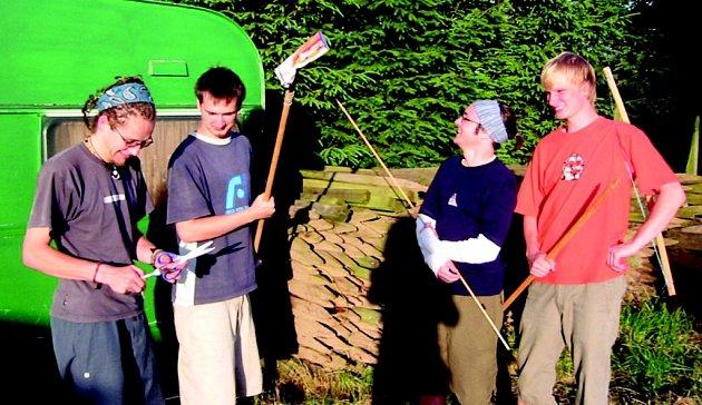 BRIGÁDA. Prázdniny na farmě ve Skotsku neznamenají jen povinnost. Po práci si každý tráví čas po svém. Někteří například s vlastnoručně vyrobenými nástroji chodí na ryby.