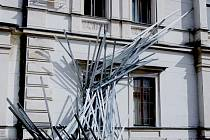 DISLOKACE V OGL. Objekt Jana Stolína lákající na novou výstavu pod Ještědem před libereckou Oblastní galerií.