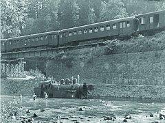 Rozvodněná řeka Smědá podemlela 4. července roku 1958 trať, která se při průjezdu vlaku zřítila i s lokomotivou zvanou Všudybylka. Na místě zemřeli tři lidé. Čtvrtou obětí byl později voják, který pomáhal při vyprošťování.