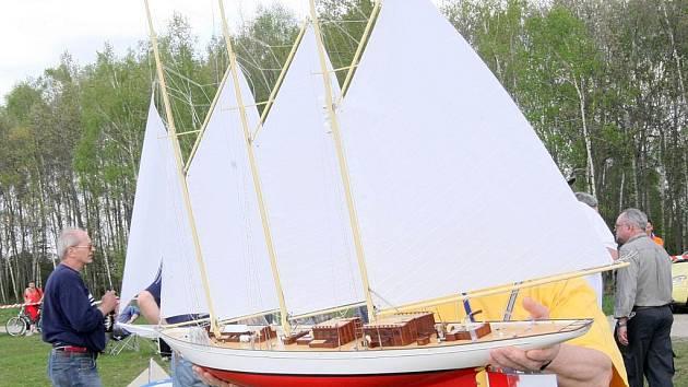 KRISTÝNU BRÁZDILY HISTORICKÉ MODELY. Při mezinárodní soutěži historických plachetnic na Kristýně byly k vidění také modely lodí z počátku dvacátého století.