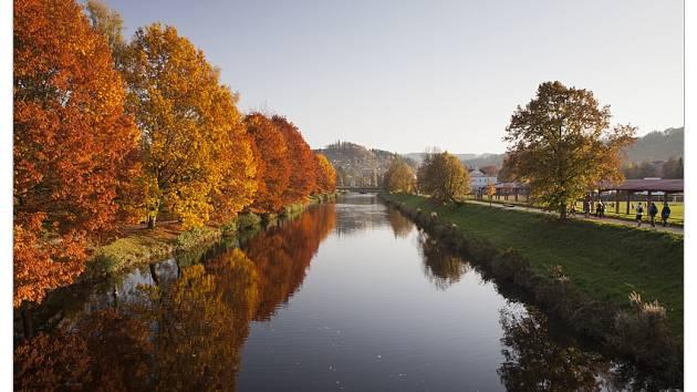 Krásně zabarvená alej podél řeky Jizery v městském parku.