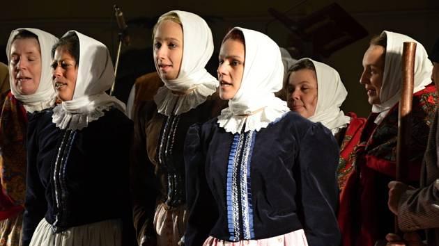 Benefiční akce v Hejnicích. Folklórní soubor Jizera.