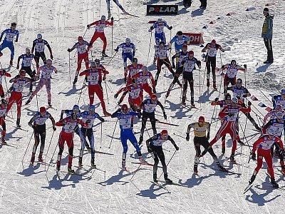 V lyžařském areálu ve Vesci se uskutečnila běžecká část závodu v severská kombinaci. Na snímku hromadný start 49 závodníků.