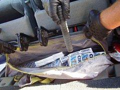 LÉKY NA VÝROBU DROG zadrželi v úterý celníci. Léky měly dvě ženy poschovávané různě po celém autě.