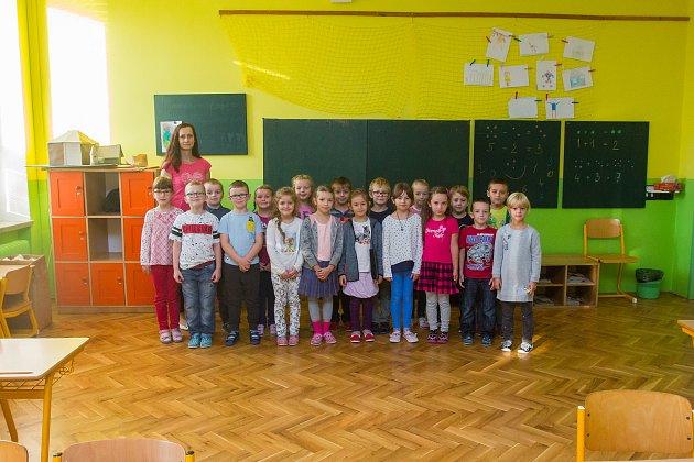 Prvňáci ze Základní školy Vrchlického vLiberci se fotili do projektu Naši prvňáci. Na snímku je snimi třídní učitelka Andrea Častotická.