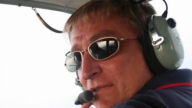 NENUDÍ SE. Akrobat Miroslav Sázavský nepovažuje létání dopravním strojem za nudu.