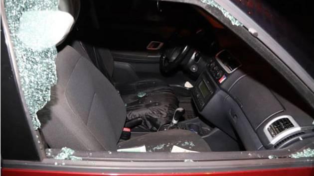 Rozbité sklo u jednoho z vykradených automobilů.