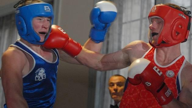 ÚDER. Kategorie do 75 kg: liberecký Jakub Bezvoda (vlevo) navzdory tomuto inkasovanému úderu porazil Miroslava Zaspala.