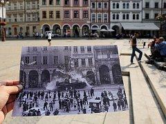 Liberecký fotograf Václav Toužimský ukazuje 21. srpna na náměstí Dr. Edvarda Beneše v Liberci svůj snímek před domy, které zachytil 21. srpna 1968 v okamžiku, kdy do nich najel okupační tank.