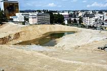 Právě zde mělo stát obří nákupní centrum. Místo něj však nad Libercem zůstal jen obrovský kráter.
