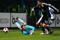 Hradecký gólman měl zejména v druhém poločase plné ruce práce. I když tato střela Keriče (vpravo v bílém) letěla nakonec vedle, Liberec vyhrál 3:0.