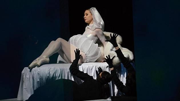 FANTAZIE A JEJÍ SVĚT JE V OHROŽENÍ. Příběh vycházející z dnes už bezmála kultovního dětského příběhu zpracoval balet Šaldova divadla tak, aby se v něm svůj ztracený svět představivosti pokusili zachránit i dospělí diváci.