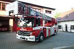 Automobilový žebřík před stanicí profesionálních hasičů v Semilech