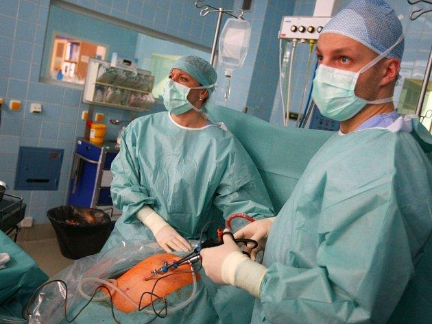 NEJPRVE SE MUSÍ v příslušných místech propíchnout břicho pacienta. Dvěma otvory se vsune do břicha laparoskopický nástroj, jedním kamera, kterou lékařka Romana Gaalová zobrazuje místo operace.