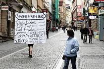 VEČERY V ATELIÉRU propaguje v centru Liberce obří chodící billboard.