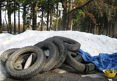 Vyhozené pneumatiky u Ještědu.