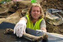 Archeologové s čerstvým nálezem z Nerudova náměstí.