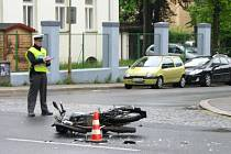 Nehoda motorkáře v liberecké ulici Jablonecká. Naštěstí skončil v nemocnici pouze se zlomenou nohou.