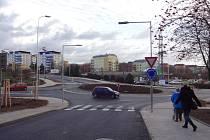 Kruhový objezd. Chodci teď budou přecházet v Rochlici bezpečněji. Předchozí křižovatka byla pro ně nebezpečná.