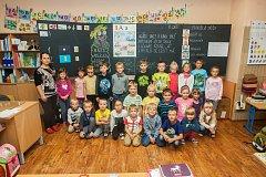 Prvňáci ze základní školy Ještědská v Liberci se fotili 13. září do projektu Naši prvňáci. Na snímku je s nimi třídní učitelka Markéta Adámková.