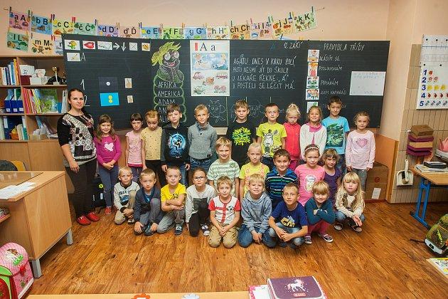 Prvňáci ze základní školy Ještědská vLiberci se fotili 13.září do projektu Naši prvňáci. Na snímku je snimi třídní učitelka Markéta Adámková.