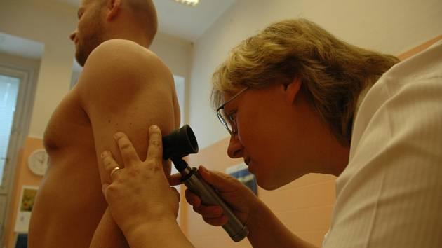 VYŠETŘENÍ. Během pondělí vyšetřila primářka kožního oddělení liberecké nemocnice Dana Frydrychová desítky zájemců.