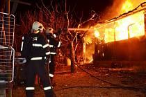 požár chaty v chatové oblasti za průmyslovou zónou