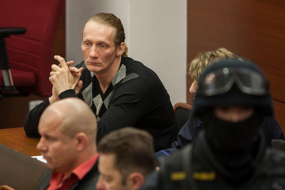 Soud se třemi muži, kteří jsou obžalovaní z vraždy Martina Říhy. Zakladatel První pražské družstevní záložny zmizel před 13 lety a dlouhou dobu patřil k nejhledanějším Čechům v databázi Interpolu.