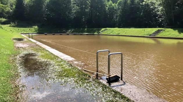 Voda zaplavila letní koupaliště. Než se vyčistí, je tam zakázáno koupání