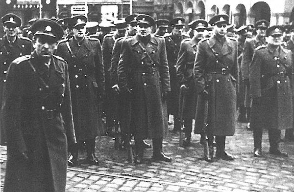 Mezi přihlížejícími byl například Rudolf Vetiška (druhý zleva), člen předválečného UV KSČ stajemník Krajského výboru KSČM vLiberci vletech 1946 – 1951.Později rektor Vysoké stranické školy a čestný občanem Liberce.