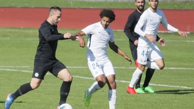 FC Slovan Liberec B - FK Přepeře 1:4. O míč bojuje v bílém Kristian Michal.