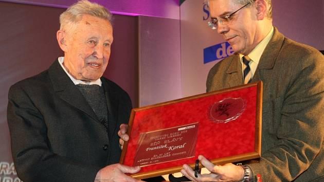 František Koral z KČT Liberec převzal ocenění od člena výkonného výboru LB–STO Josefa Vilda.