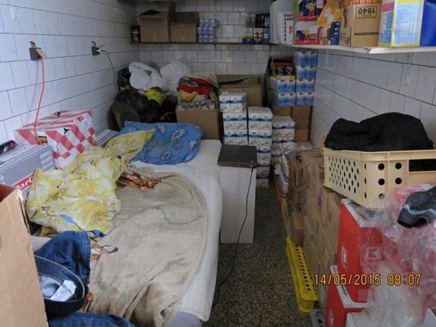 Prodejna potravin, v jejímž skladu bydlel Vietnamec.