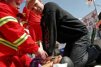 NA PARKOVIŠTI u Globusu, kde proběhla v dubnu akce Besip, se mohli návštěvníci seznámit se základy první pomoci, policejní dopravní technikou a podobnými atrakcemi.