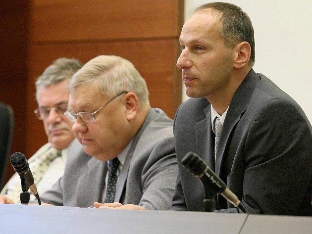 U okresního soudu v Liberci probíhalo další řízení se správci konkursní podstaty firmy Rybenor. Muži byli obviněni z braní úplatku a odsouzeni na celkem osm let. Nejvyšší soud po odvolání kauzu znovu otevřel.
