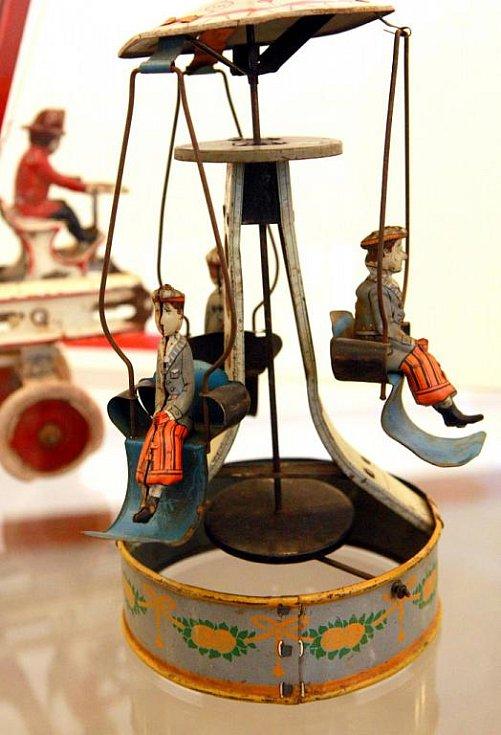 Mezi hračkami je plechový kolotoč z roku 1930.