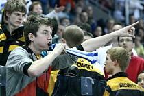 Potyčka ochranky s hokejovými fanoušky.