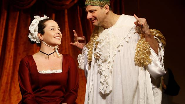 Radek Holub v titulní roli a Tereza Němcová v roli Bětky při zkoušce komedie Ludviga Holberga Jeppe z Vršku.